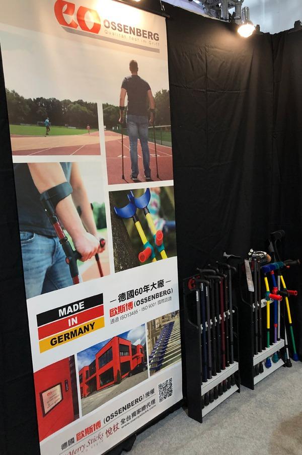Plakat der Ossenberg GmbH neben Stockständer auf der Messe in Taiwan