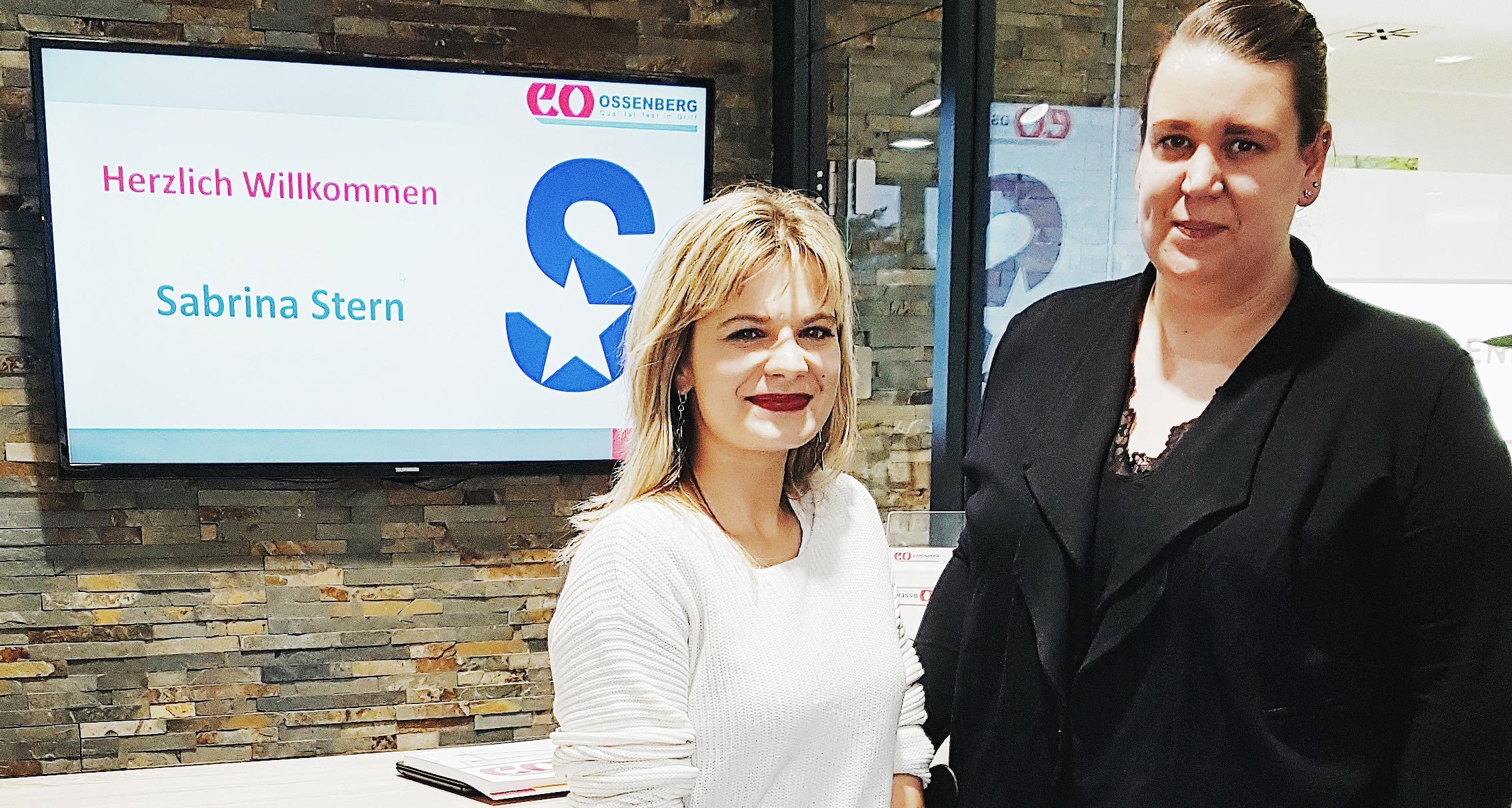 Schlagersängerin Sabrina Stern und Marketingleitung Jenny Sangaré posieren mit den Krücken der Ossenberg GmbH am Empfang